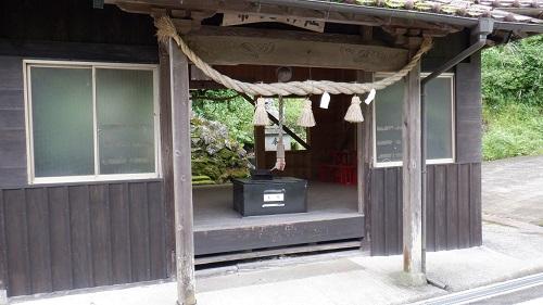 水の口湧水にある常堤神社の拝殿