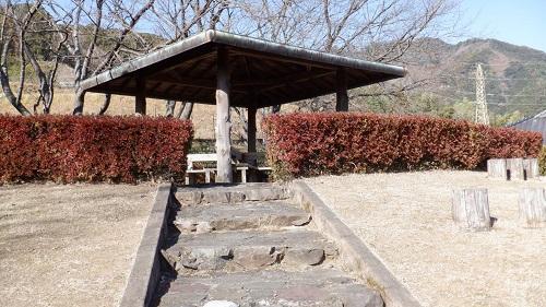 青雲橋公園にある屋根付き休憩所