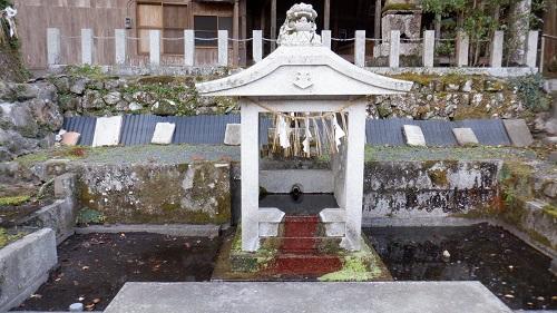 畑冷泉の祠がある流水