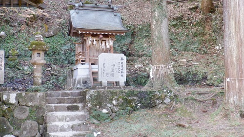水神社の中にある小さな祠