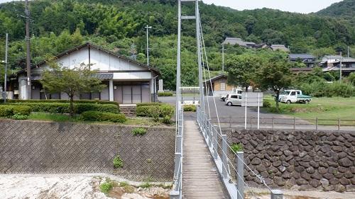 畑冷泉の川にかかる吊り橋