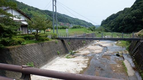 畑冷泉が流れる川にかかる橋