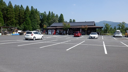 べべんこの駐車場と建物