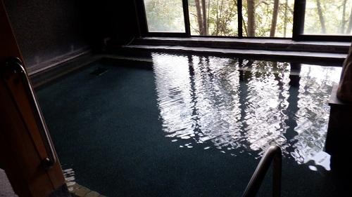 わいた温泉郷湯けむり茶屋の広々とした湯舟