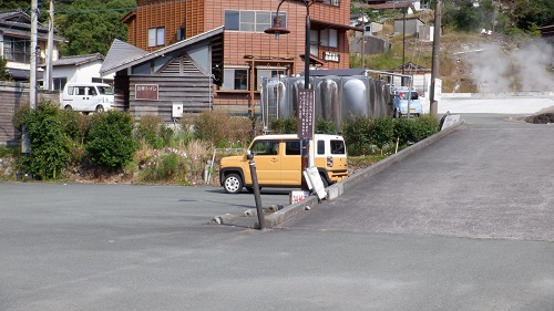 わいた温泉郷の駐車場と周辺の湯けむり