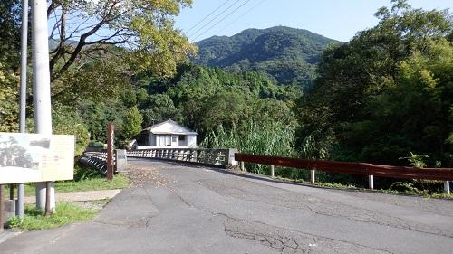 猿ヶ城ラドン療養泉から見た川を渡る道