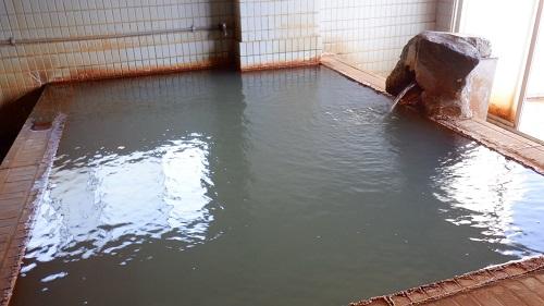 桜島シーサイドホテルのにごり湯が注がれる内湯
