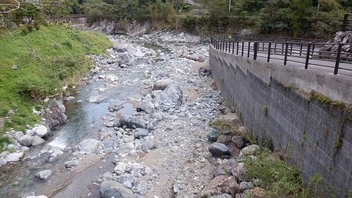 普通の道路と横を流れる川