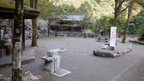 白滝公園内の水汲み場と休憩場