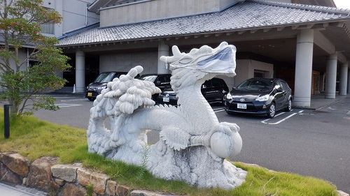 川棚グランドホテルのマスクをしている竜の像