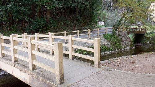 別府弁天池敷地内の木の橋