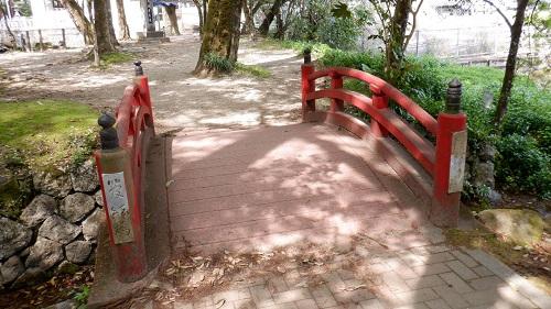 別府弁天池敷地内の赤い橋