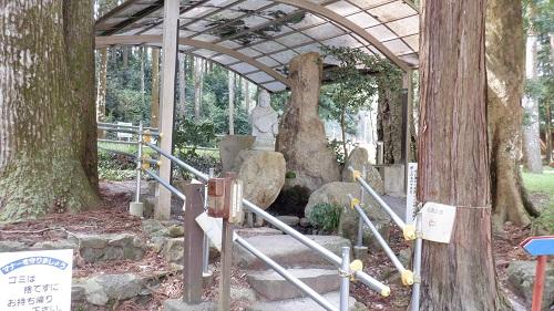 神社の敷地内にある弁天石像