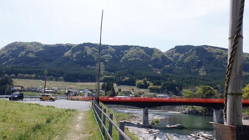 【三日月の滝】遊歩道から見える山