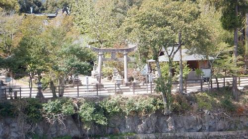 【三日月の滝】対岸の神社