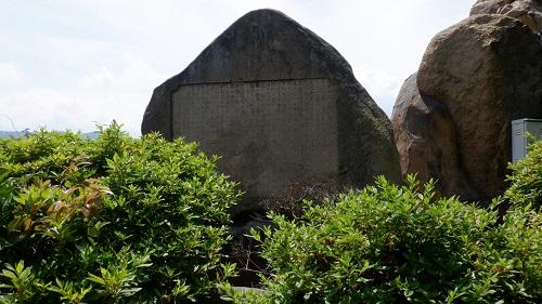 大きめの石碑